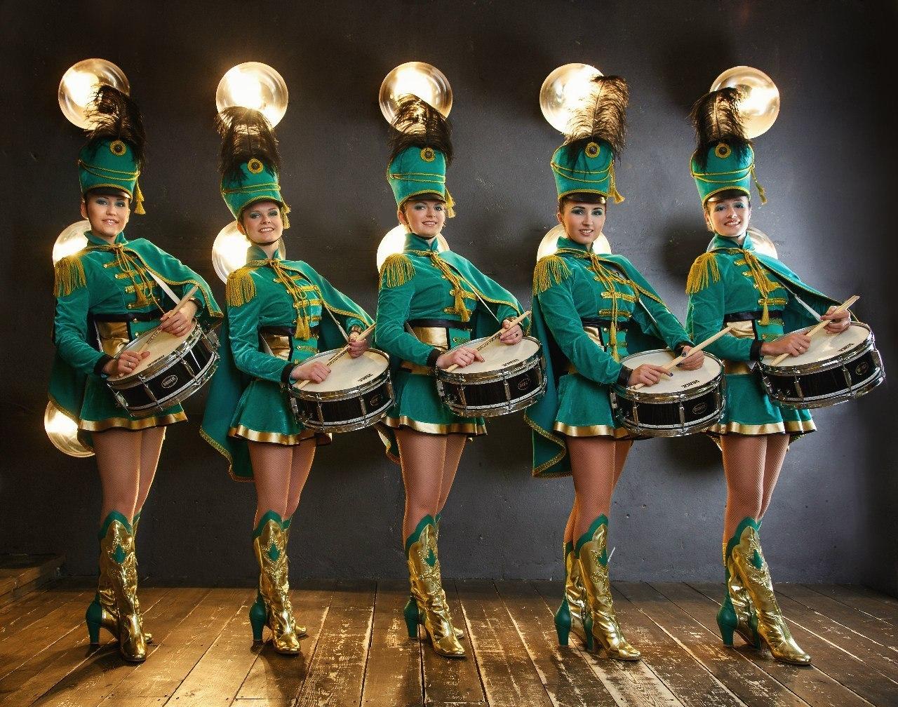 живу девушки в зеленой форме танцуют инцест свекр
