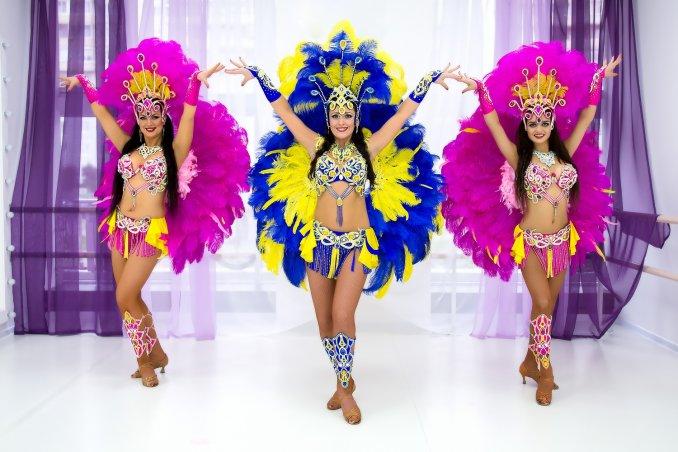 Бразильский карнавал, перьевое шоу, самба.