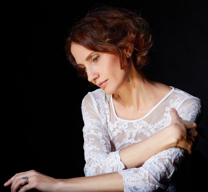 Анна Коршук (средний план)