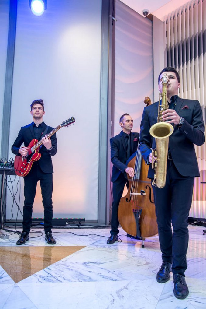 Джаз группа выступает на торжественном мероприятии встреча гостей