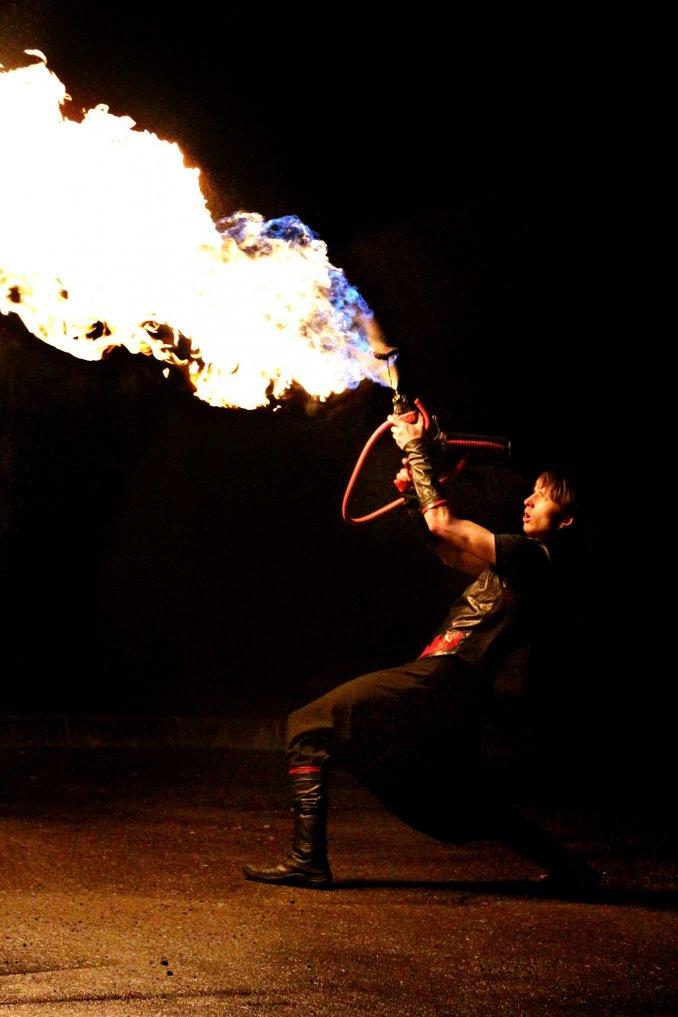 Огнемет в фаер шоу