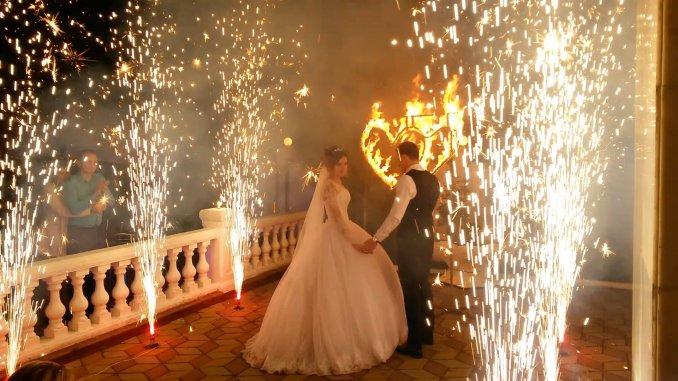 Огненное сердце и дорожка из пиротехнических фонтанов на свадьбу в Ростове