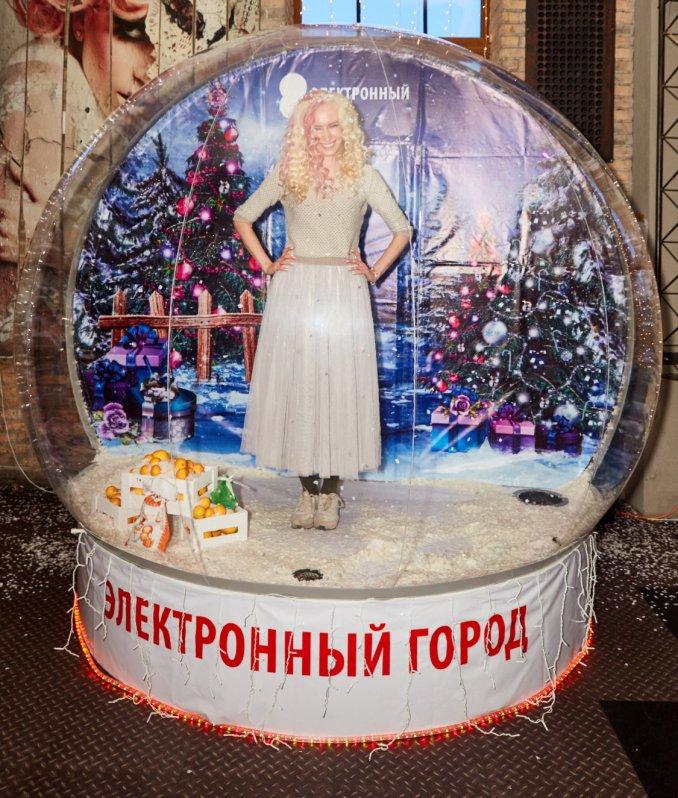 """Брендированная фотозона """"Волшебный шар"""" со снегом"""