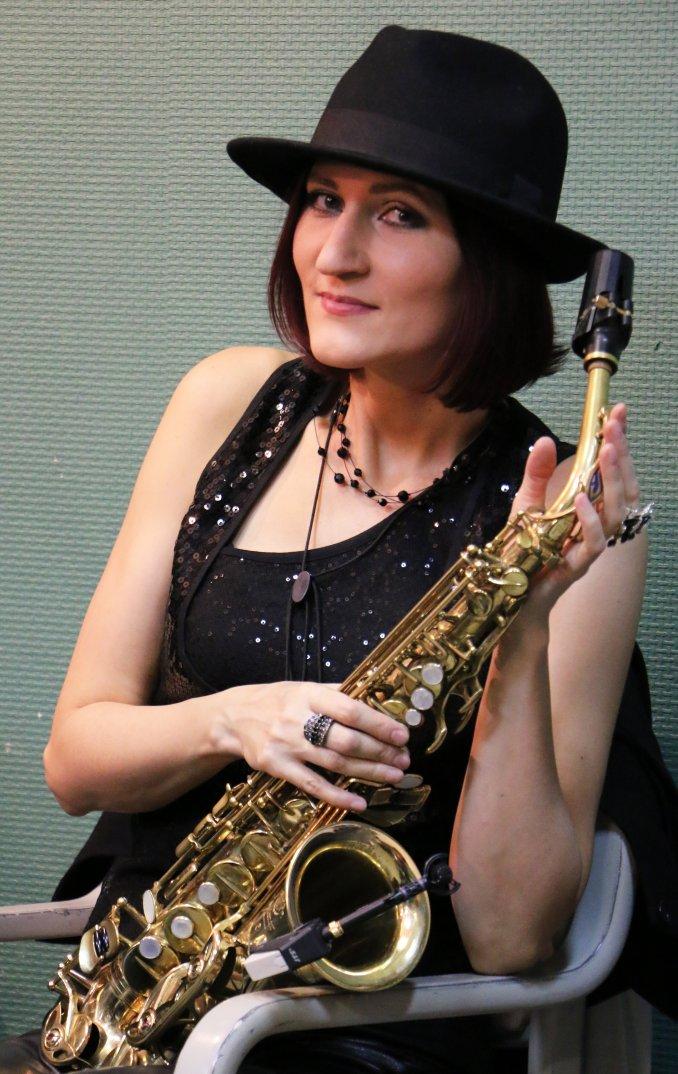 саксофонистка, джазовая певица