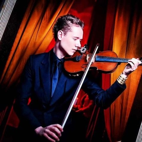 Станислав Красильников - профессиональный музыкант (скрипач), артист оркестра, солист.