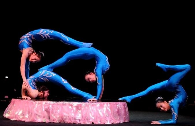 Шоу воздушных гимнастов, каучук, акробаты