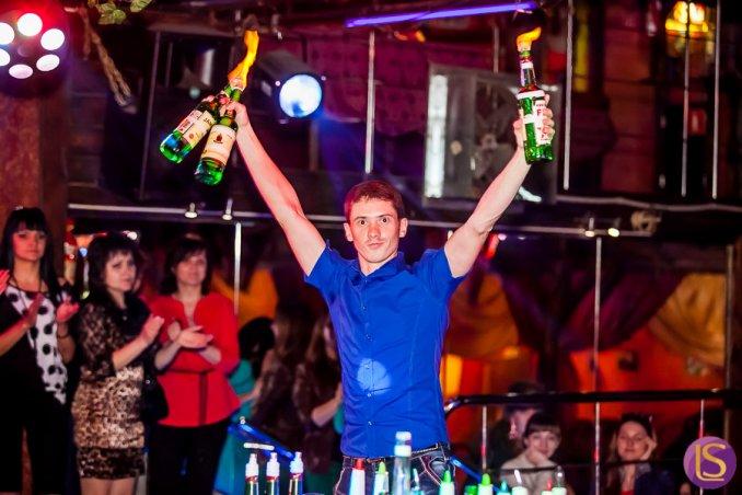 Бармен шоу, пирамида из бокалов с шампанским
