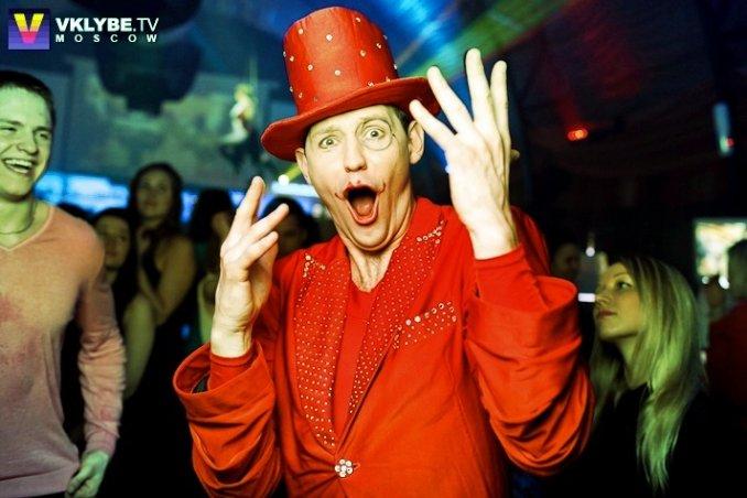 Цирк красного человека
