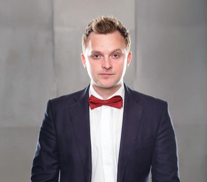Ведущий - Максим Колесников