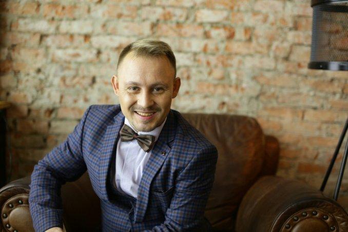 Ведущий Андрей Родионов